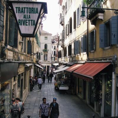 ヴェネツィアの路地でショッピングを楽しむ観光客(イタリア)の写真