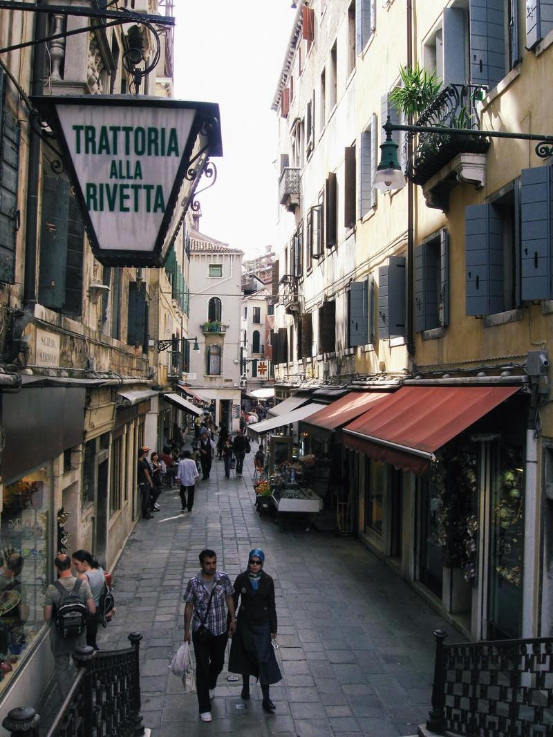 「ヴェネツィアの路地でショッピングを楽しむ観光客(イタリア)」の写真