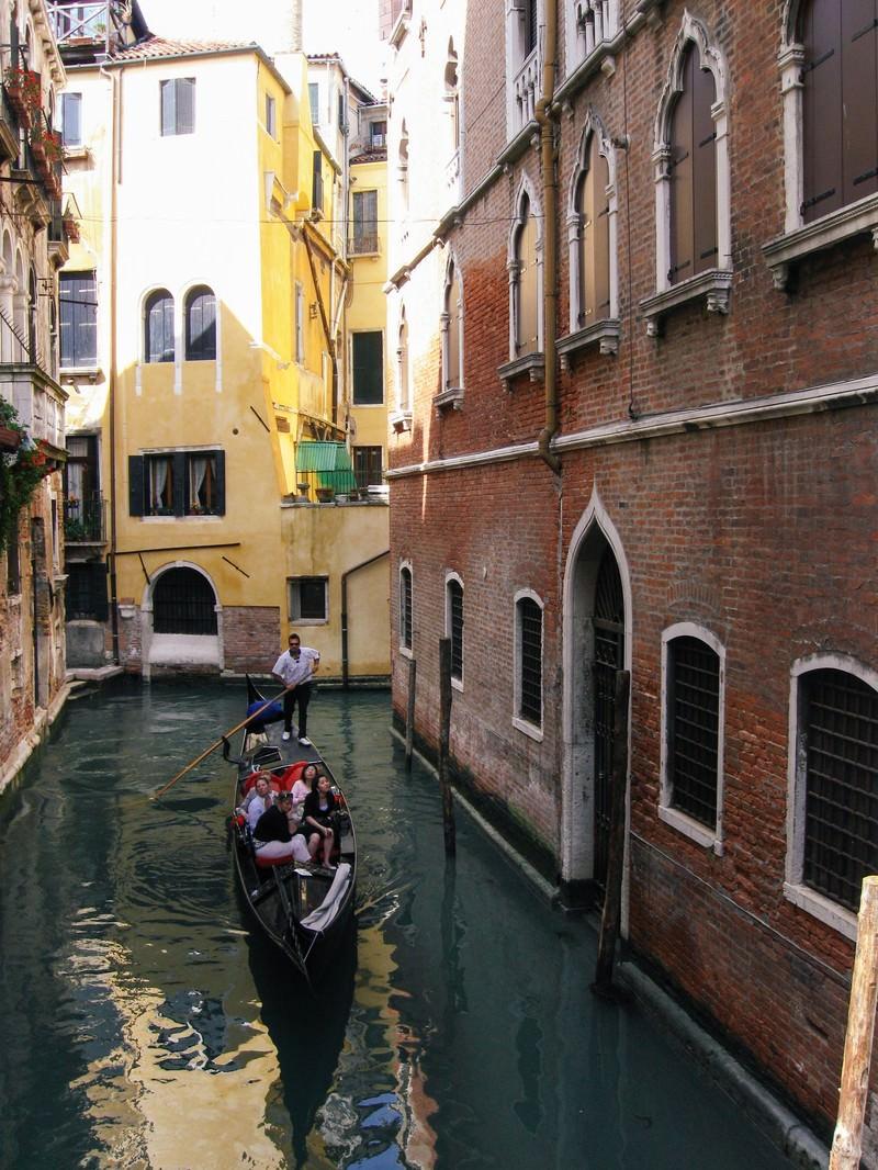 「ヴェネツィアの水路をゴンドラで進む観光客(イタリア)」の写真