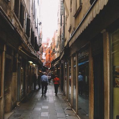 ヴェネツィアの路地裏を行き交う人々(イタリア)の写真