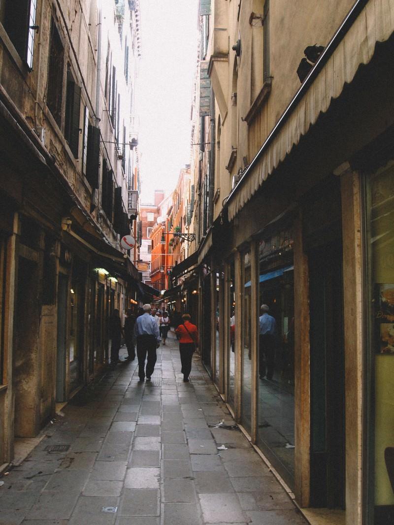 「ヴェネツィアの路地裏を行き交う人々(イタリア)」の写真