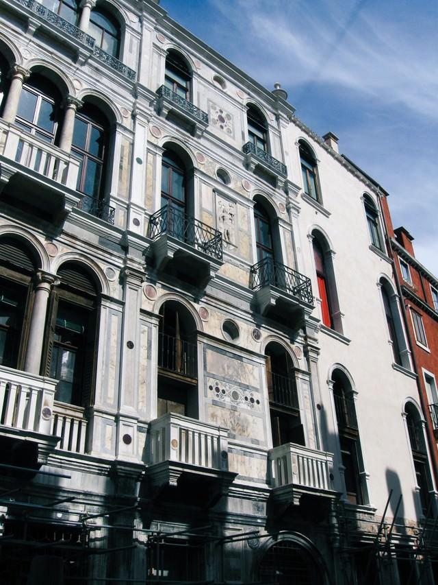 ベネチアの建物と窓(イタリア)の写真