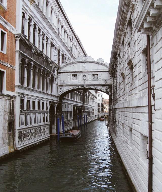 ヴェネツィアを流れる水路に待機するゴンドラ(イタリア)の写真