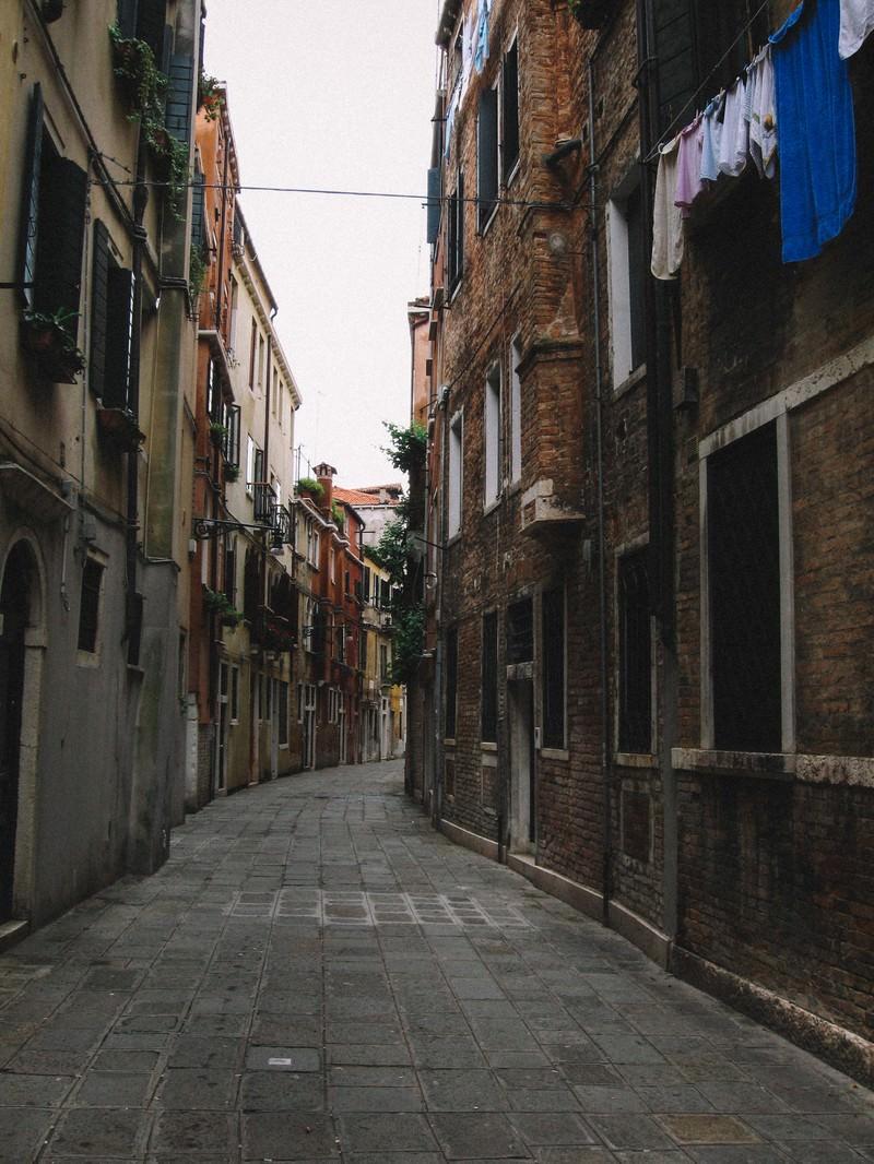 「ヴェネツィアのレンガ造りの建物に囲まれる路地裏(イタリア)」の写真