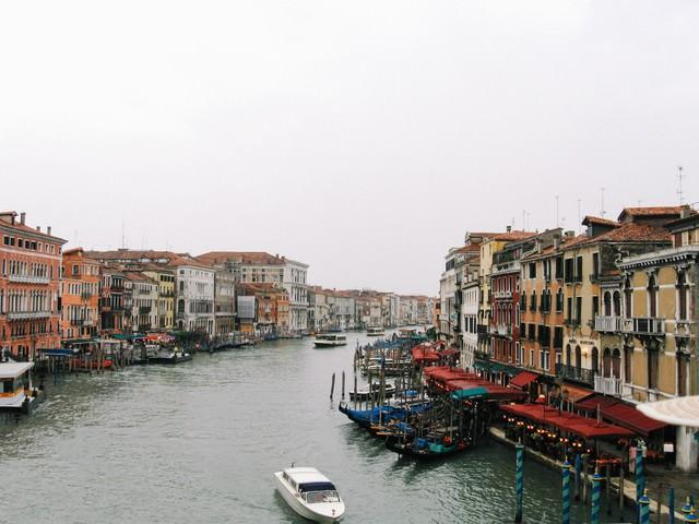 ヴェネツィアを流れる水路の船着場と浮かぶゴンドラ(イタリア)の写真
