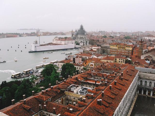 赤茶色に染まる屋根とヴェネツィアの街並み(イタリア)の写真
