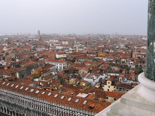 ベネチアの街並みとサンマルコ広場の風景(イタリア)の写真