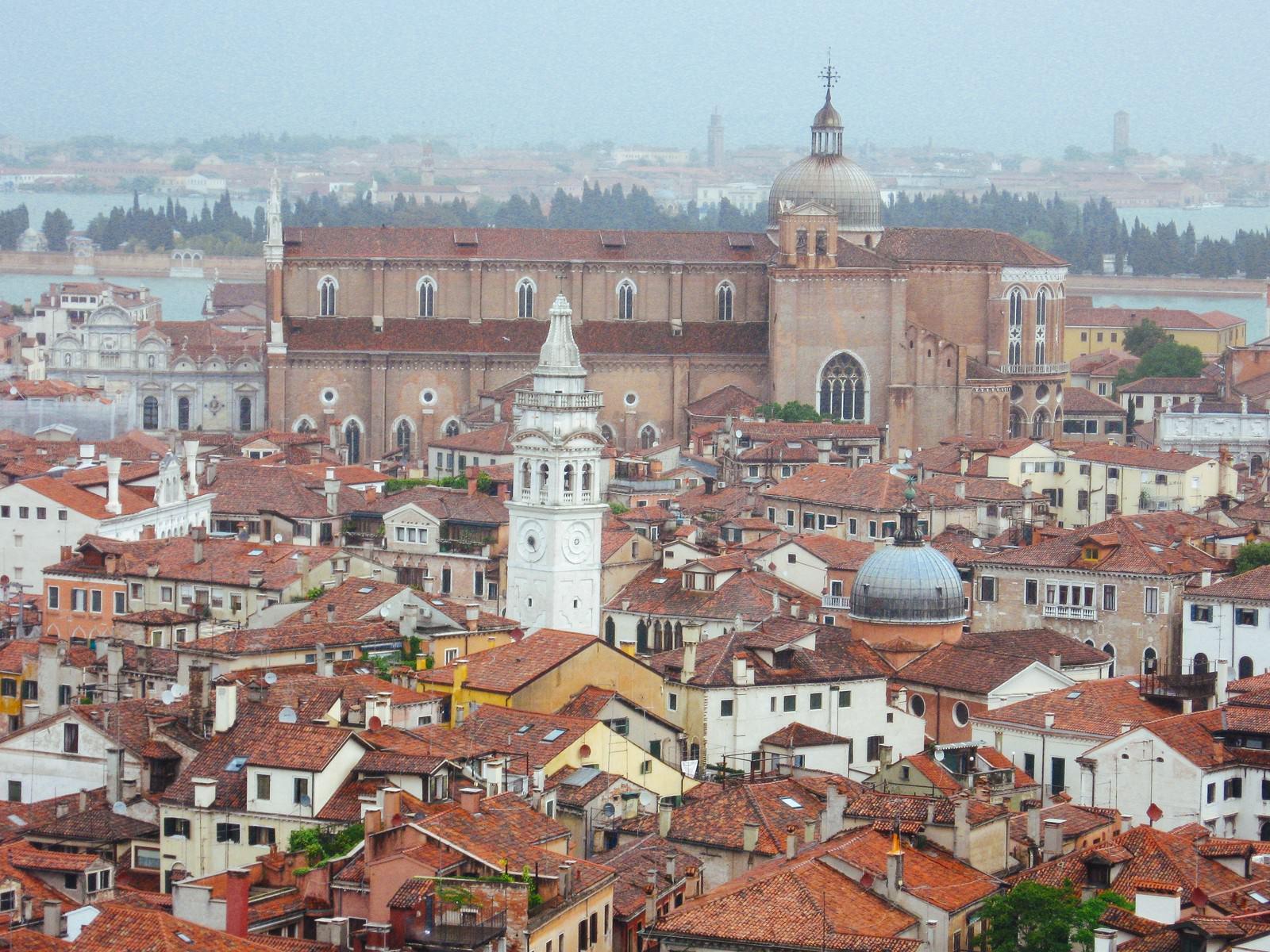 「ベネチアの街並みと鐘楼(イタリア)」の写真