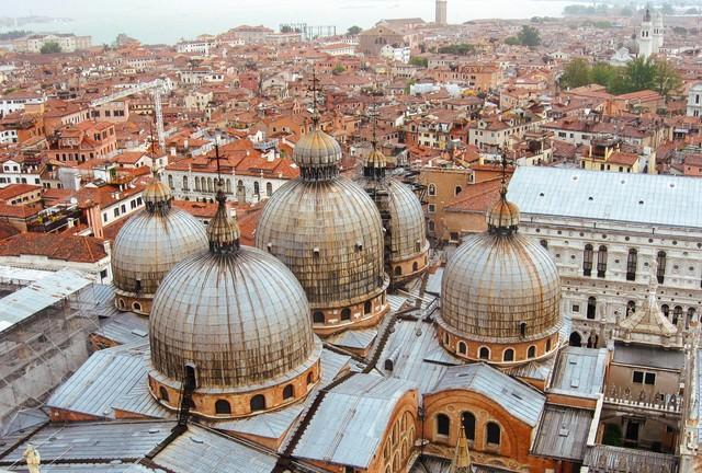 サンマルコ寺院とベネチアの街並み(イタリア)の写真