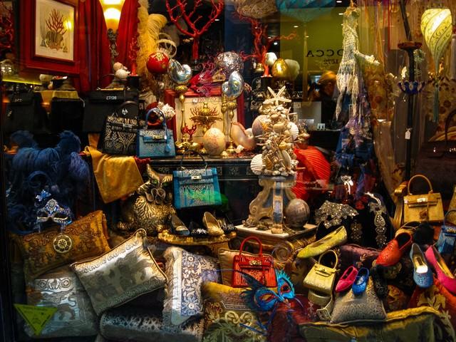 ヴェネツィアのショーウィンドウに並ぶ雑貨類(イタリア)の写真