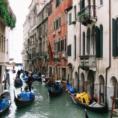 水路に浮かぶゴンドラとヴェネツィアの街並み(イタリア)の写真