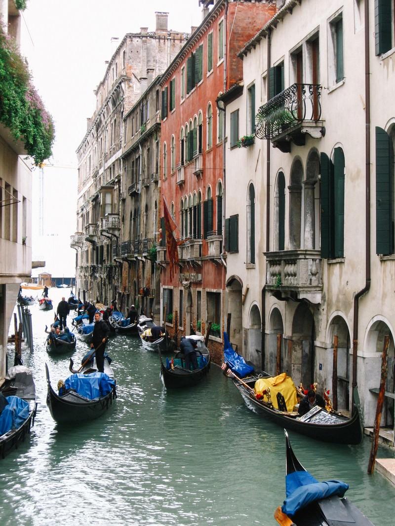 「水路に浮かぶゴンドラとヴェネツィアの街並み(イタリア)」の写真