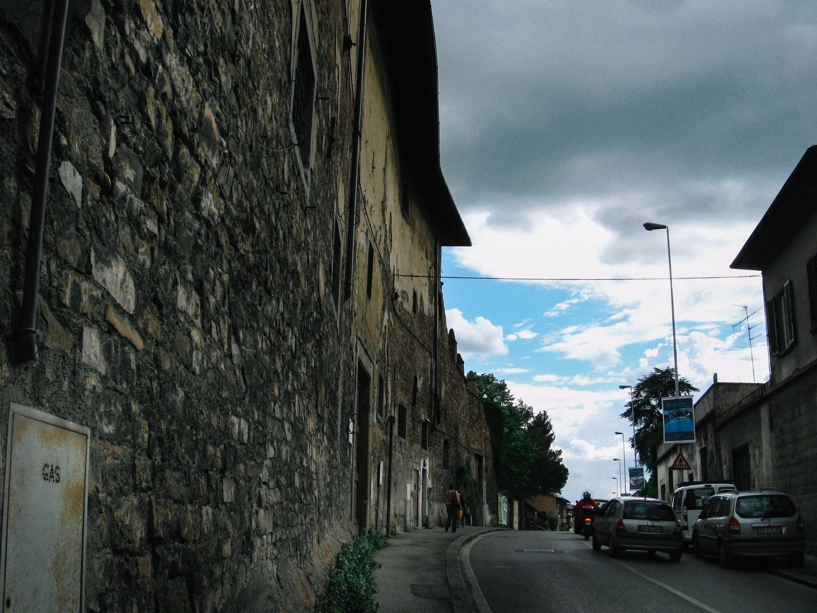 「フィレンツェの道路に並ぶレンガ造りの建物(イタリア)」の写真