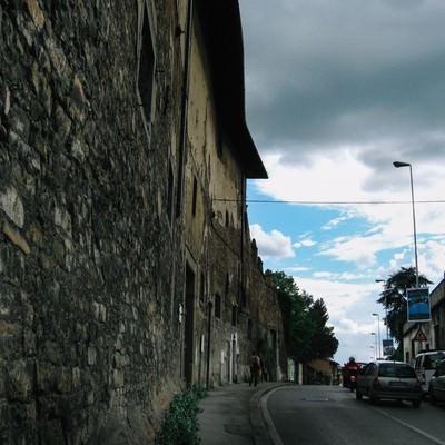 フィレンツェの道路に並ぶレンガ造りの建物(イタリア)の写真