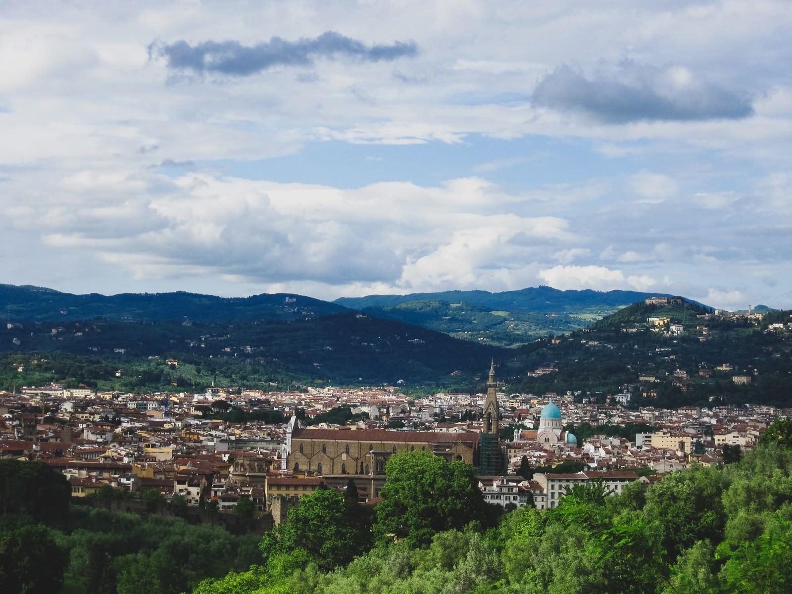 「フィレンツェの街並みと山(イタリア)」の写真