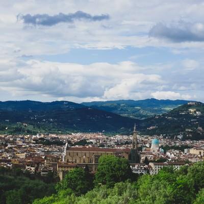 フィレンツェの街並みと山(イタリア)の写真