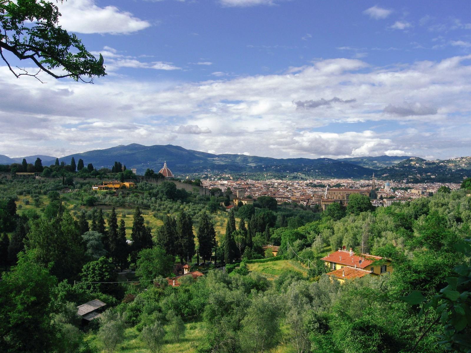「緑に包まれるフィレンツェの街(イタリア)」の写真