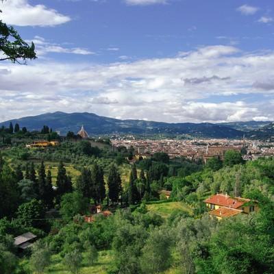 緑に包まれるフィレンツェの街(イタリア)の写真