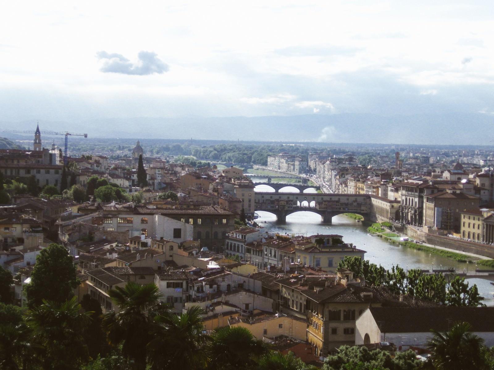 「フィレンツェの街並みと川(イタリア)」の写真