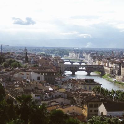 フィレンツェの街並みと川(イタリア)の写真