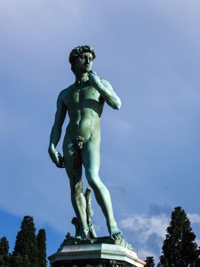 ミケランジェロ広場の銅像(イタリア)の写真