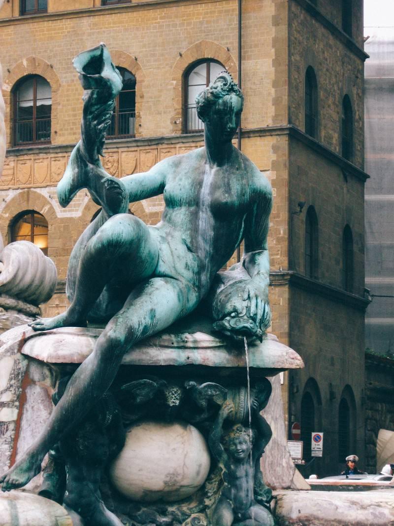 「フィレンツェの広場にある石像(イタリア)」の写真