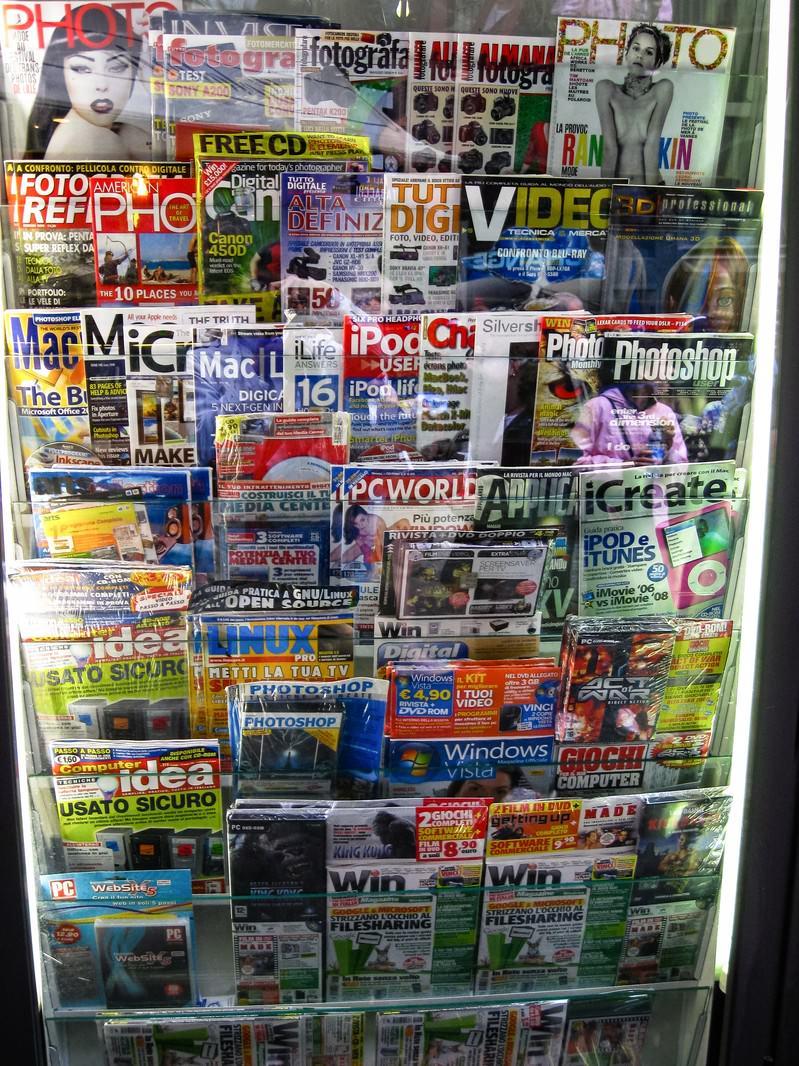「フィレンツェの本屋に並ぶ雑誌(イタリア)」の写真