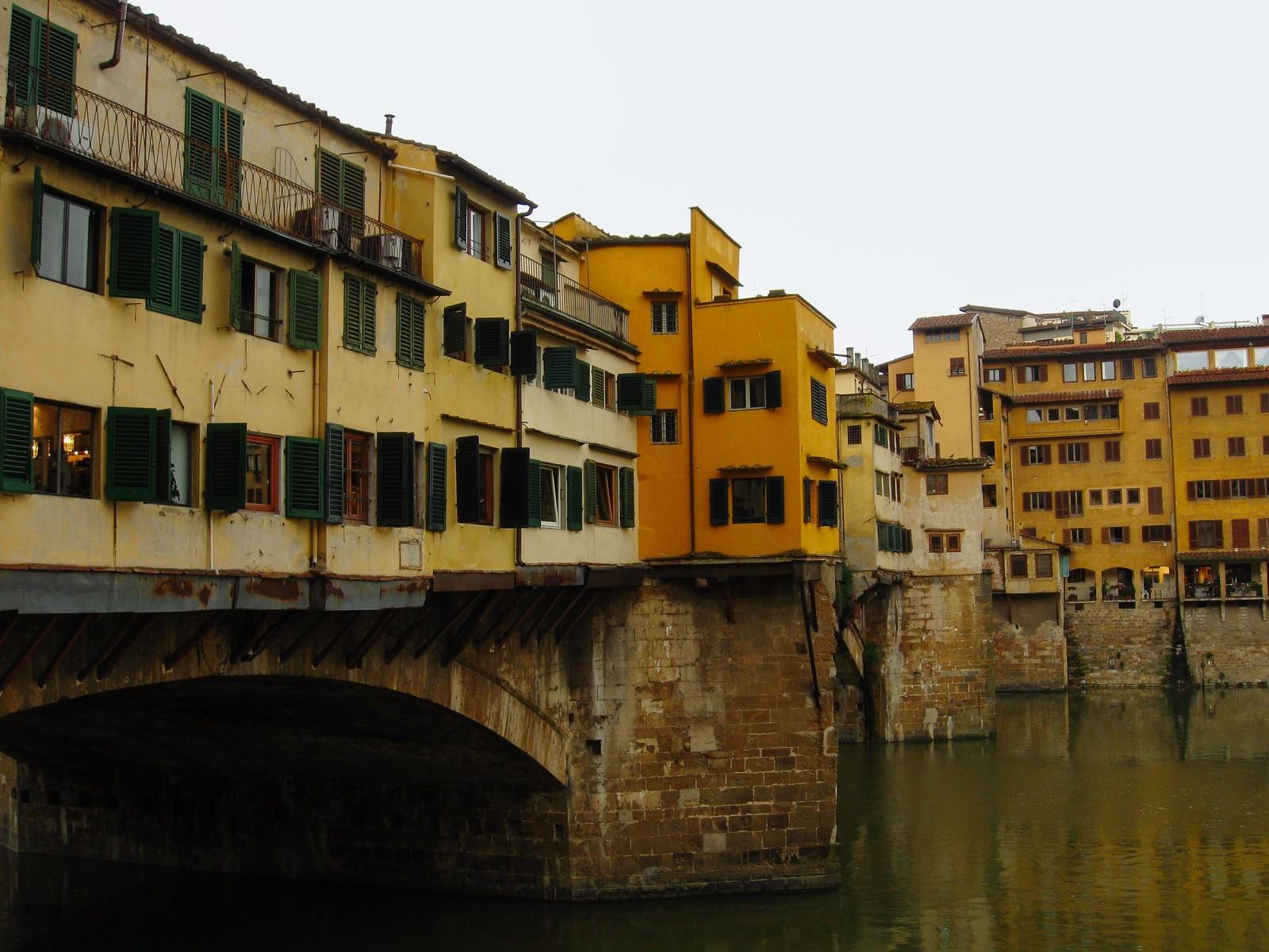 「フィレンツェの川上にたつ窓ばかりの建築物(イタリア)」の写真