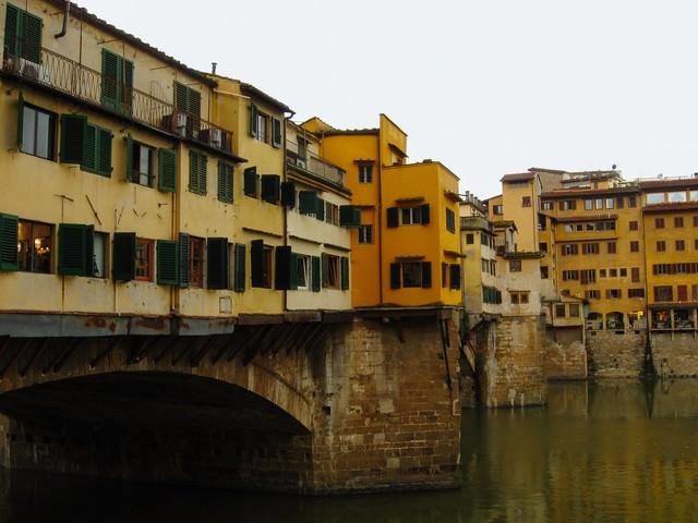 フィレンツェの川上にたつ窓ばかりの建築物(イタリア)の写真