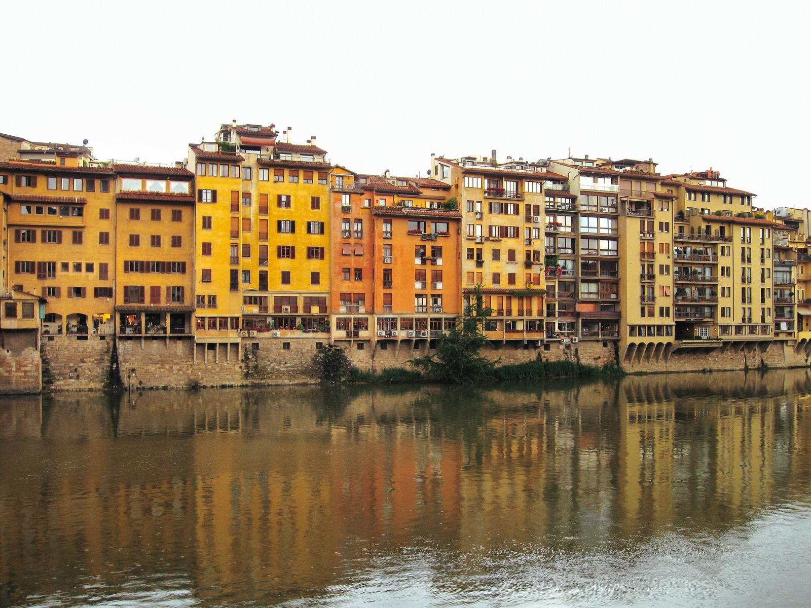 「フィレンツェを流れる川に映りこむ建築物(イタリア)」の写真