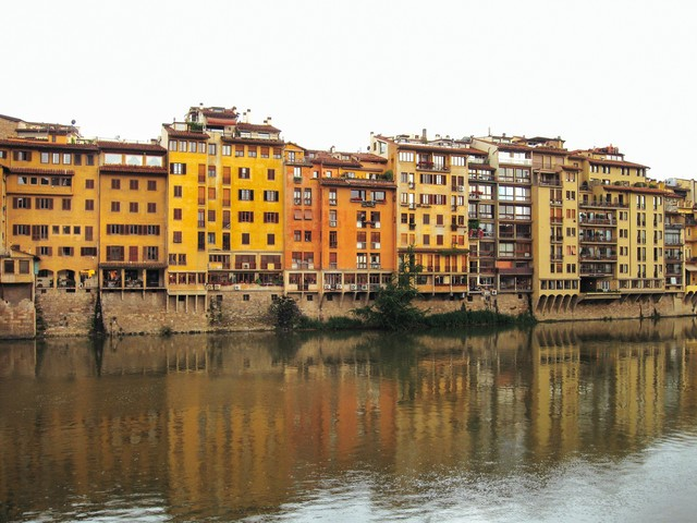 フィレンツェを流れる川に映りこむ建築物(イタリア)の写真