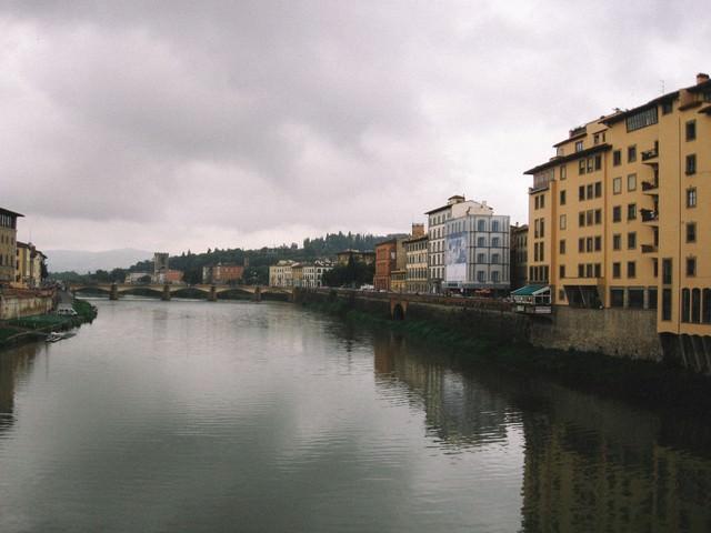 フィレンツェを流れる川と遠くに見える橋(イタリア)の写真