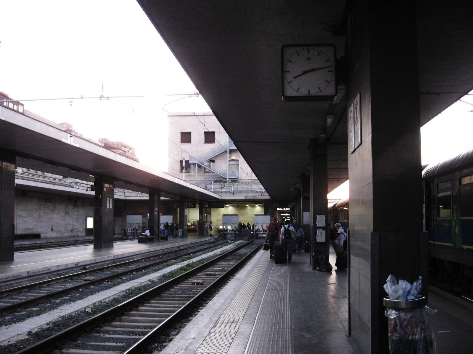 「フィレンツェのサンタ・マリア・ノヴェッラ駅のホーム(イタリア)」の写真