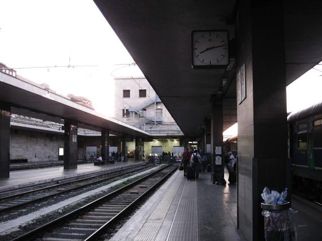 フィレンツェのサンタ・マリア・ノヴェッラ駅のホーム(イタリア)の写真