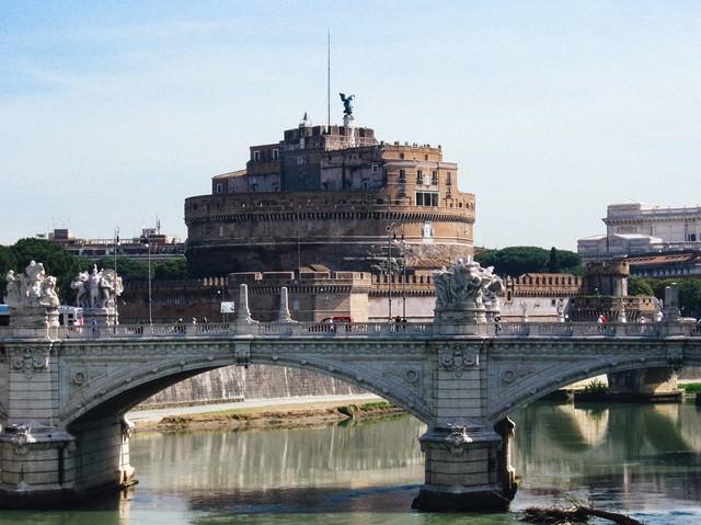 ローマにある橋とサンタジェロ城(イタリア)の写真