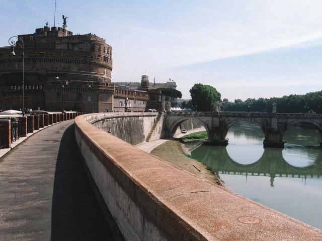 ローマにあるサンタジェロ城に続く道と川に架かる橋(イタリア)の写真