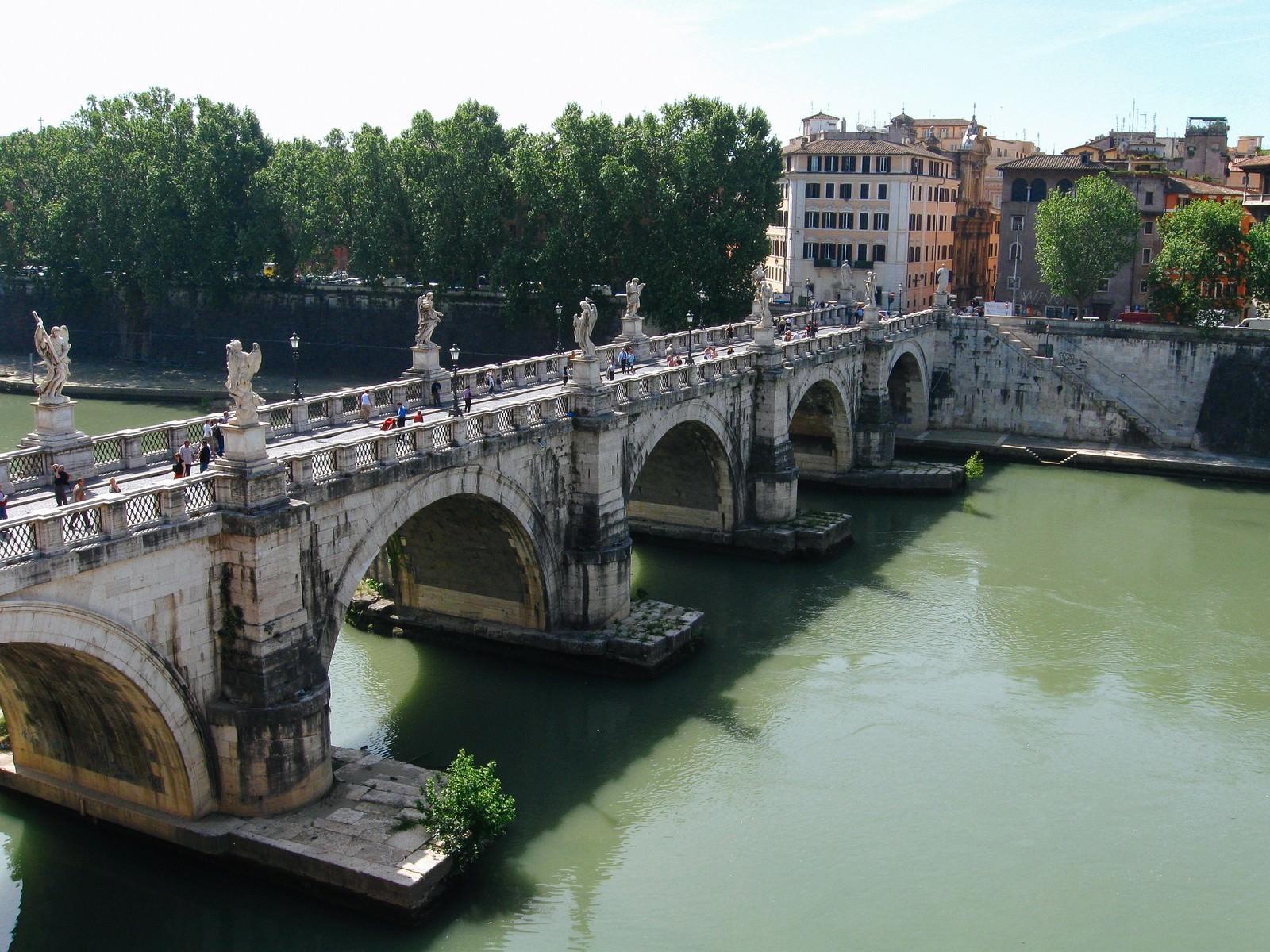 「ローマを流れる川に架かるメガネ橋(イタリア)」の写真