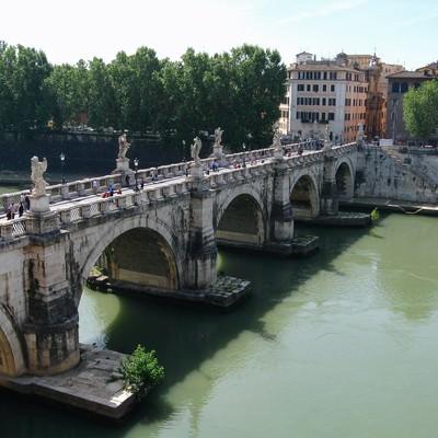 ローマを流れる川に架かるメガネ橋(イタリア)の写真