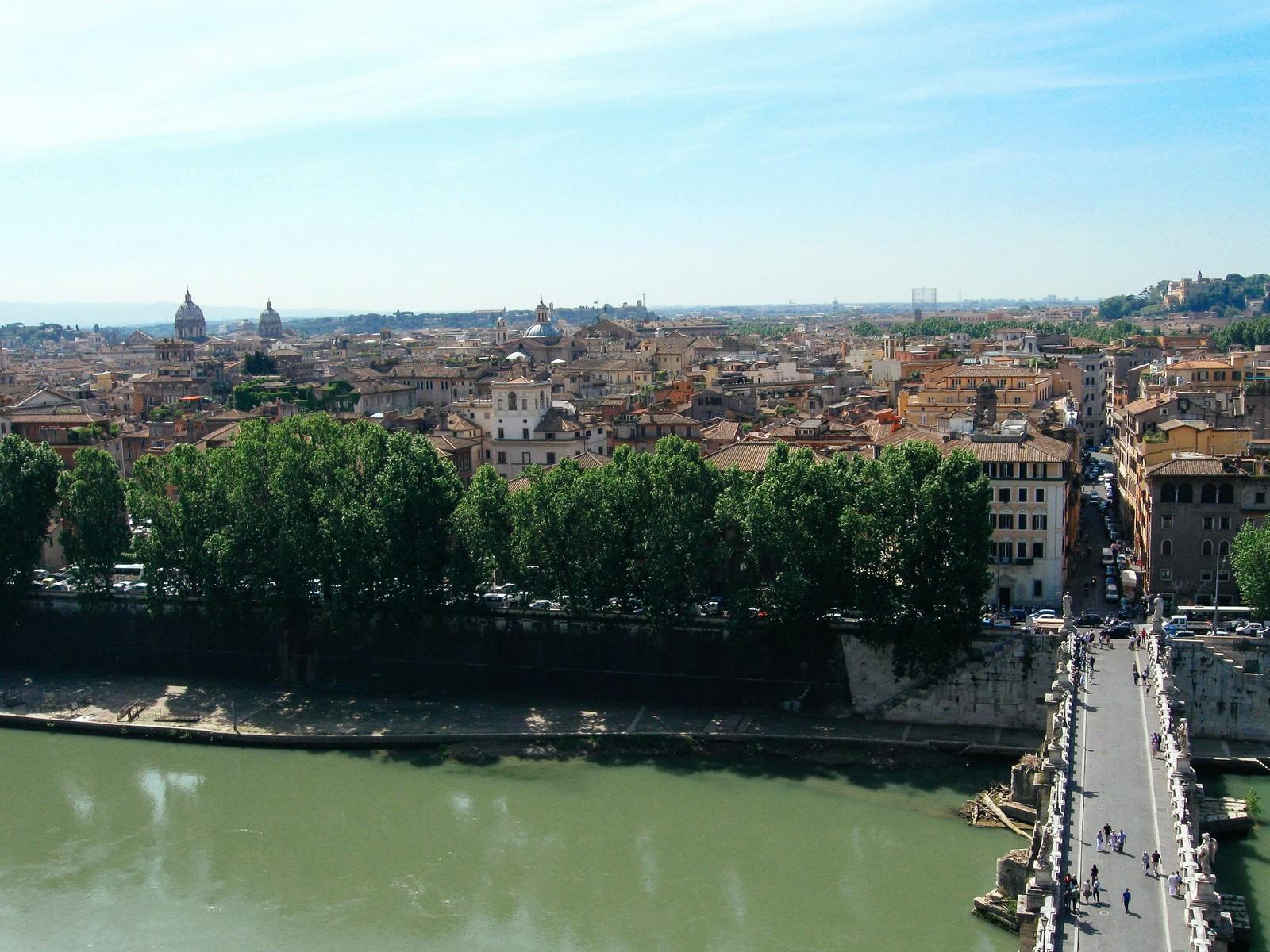 「ローマの川から俯瞰する街の眺め(イタリア)」の写真