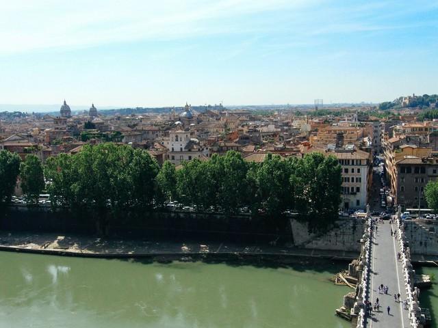 ローマの川から俯瞰する街の眺め(イタリア)の写真