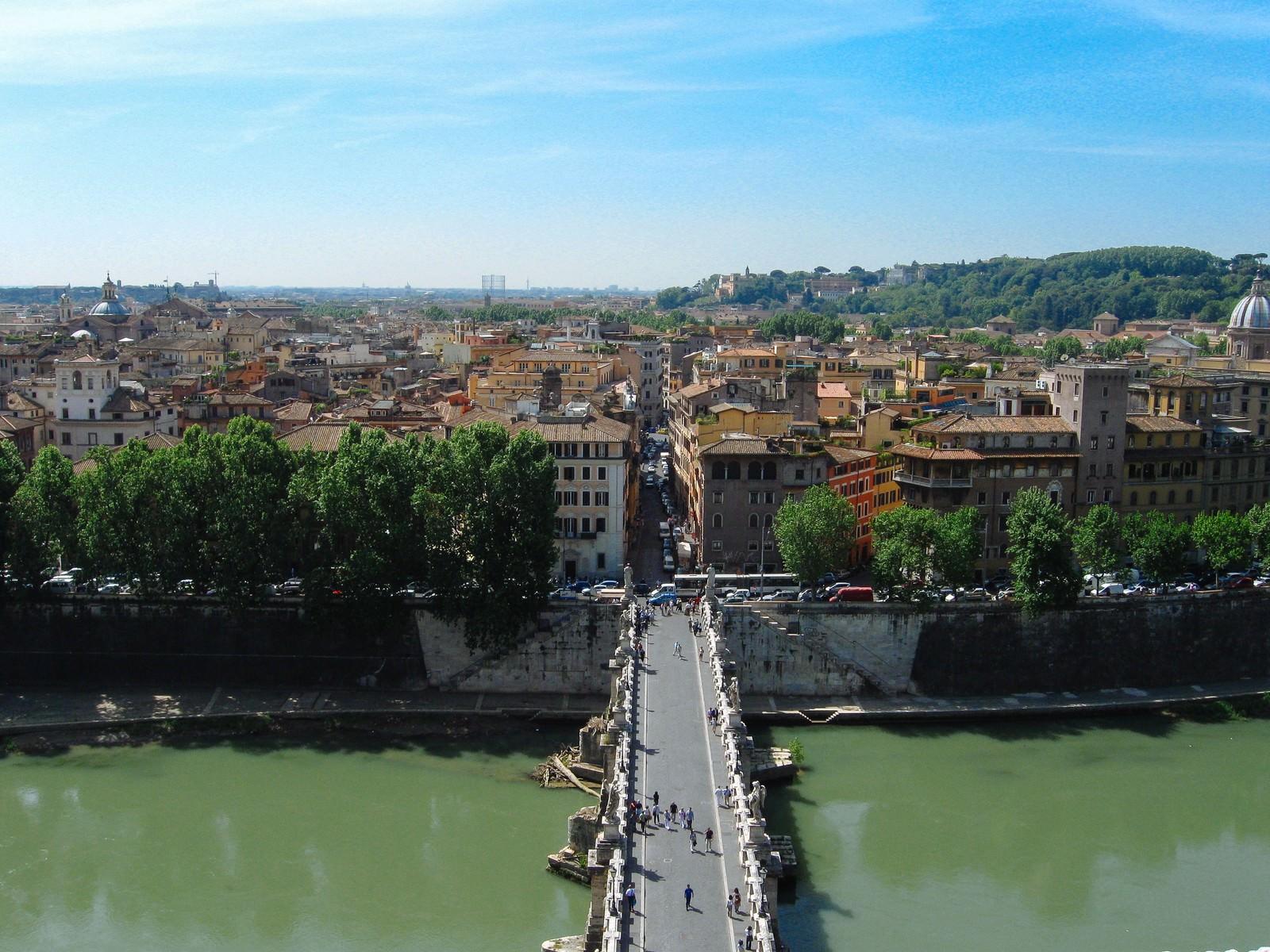 「ローマに架かる橋と街並み(イタリア)」の写真