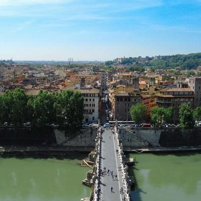 ローマに架かる橋と街並み(イタリア)の写真