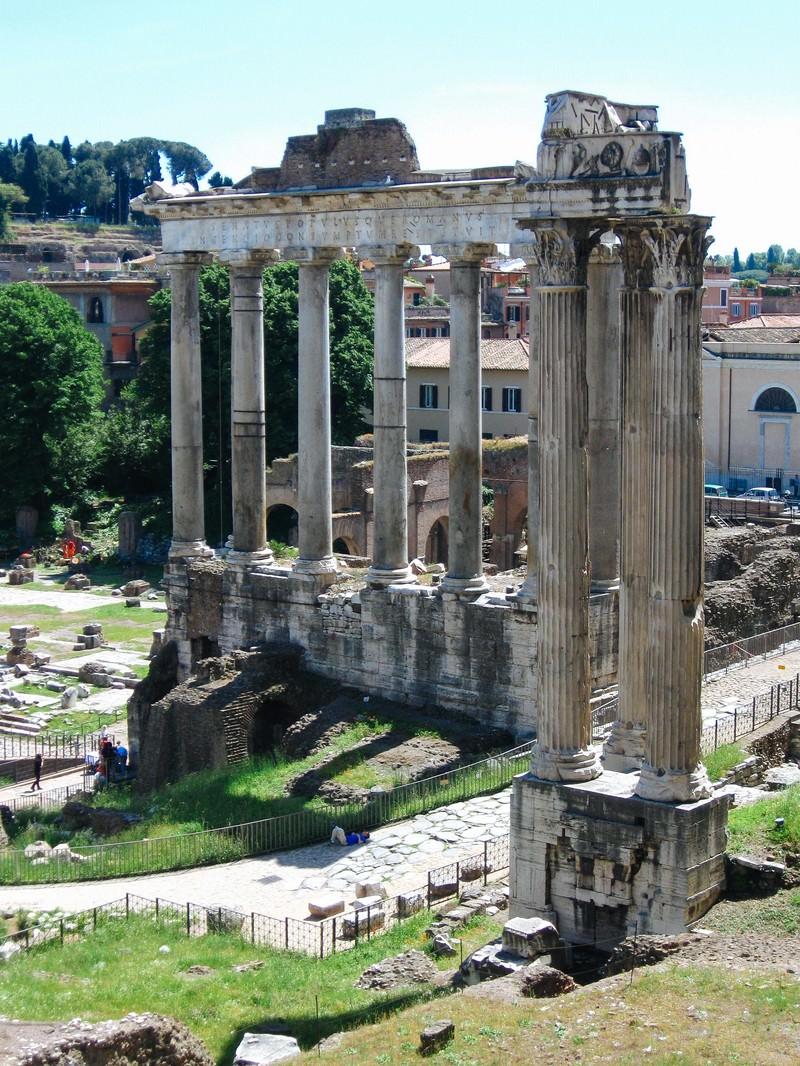「フォロ・ロマーノの柱跡(ローマ)」の写真