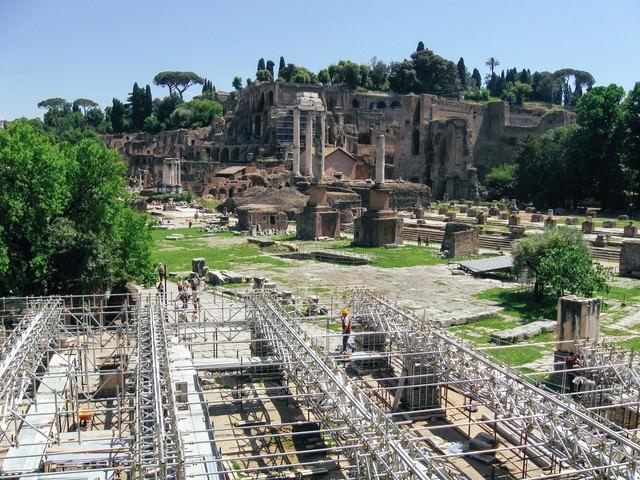 ローマにある修復中の遺跡(フォロロマーノ)の写真