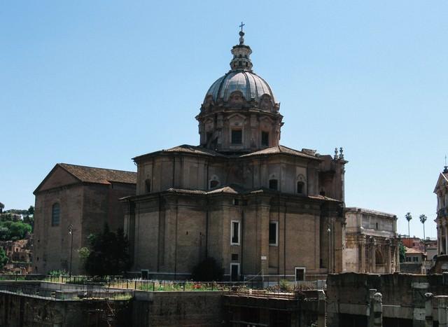 ローマの建築物と屋根の十字架(イタリア)の写真