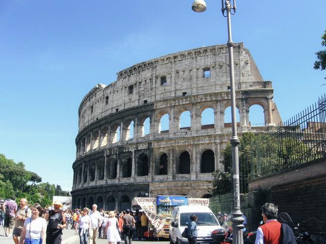 ローマのコロッセオと観光客(イタリア)の写真