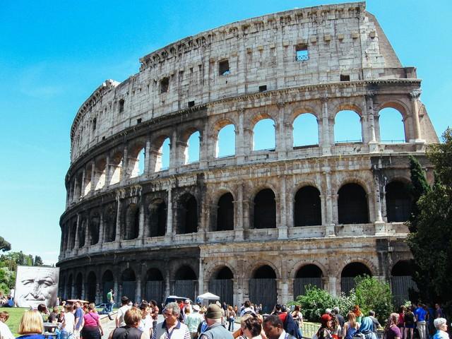 ローマのコロッセオと賑う観光客(イタリア)の写真