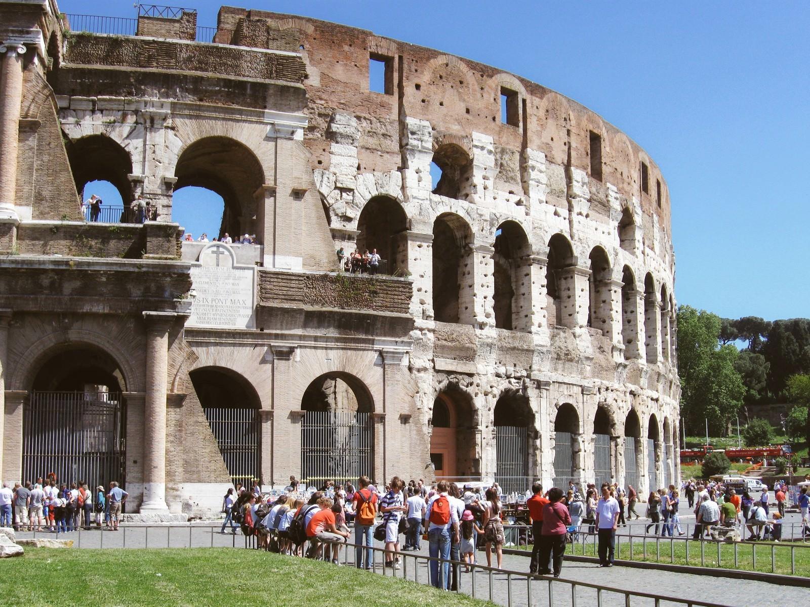 「コロッセオに集う観光客(ローマ)」の写真