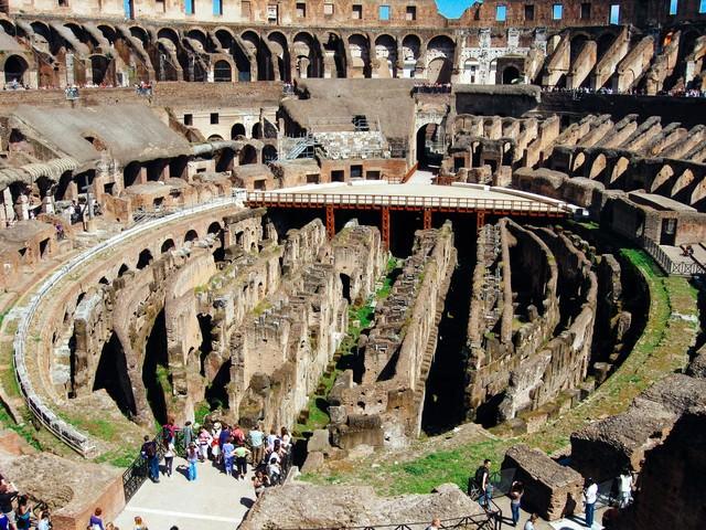 ローマの円形闘技場跡(コロッセオ)の写真