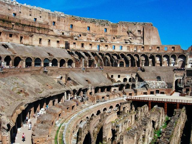 ローマのコロッセオ内部(イタリア)の写真